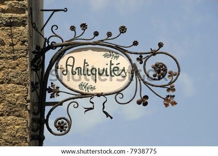 Sign with French text that means antique shop