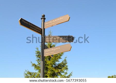Signpost in Sandomierz leading to Cathedral Basilica, Opatowska Gate, Długosz House and Queen Jadwiga Ravine. Zdjęcia stock ©