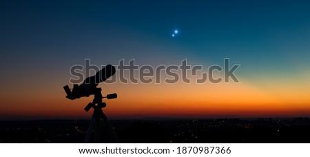 Silhouette of a astronomy telescope with twilight sky. Stockfoto ©
