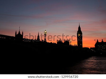 Silhouette of the Houses of Parliament on the river thames at dusk