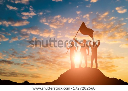 Silhouette of victory business team on mountain with sunset and sky background. Business teamwork success and leadership concept. Foto stock ©