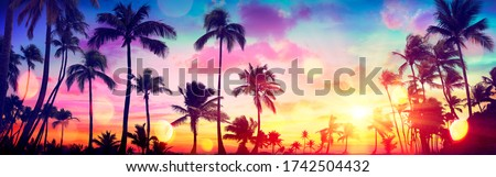 Silhouette Tropical Palm Trees At Sunset - Summer Vacation With Vintage Tone And Bokeh Lights  Foto stock ©