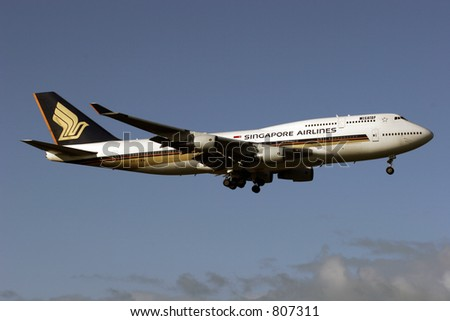 Singapore Airlines Boeing 747 landing at Auckland International Airport