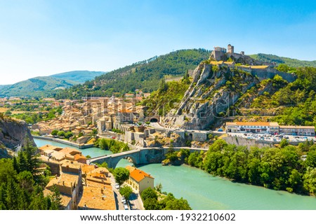 Sisteron is a commune in the Alpes-de-Haute-Provence department in the Provence-Alpes-Côte d'Azur region in southeastern France  Foto stock ©
