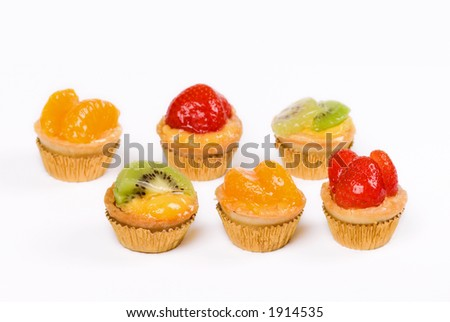 Six small cakes with fruits