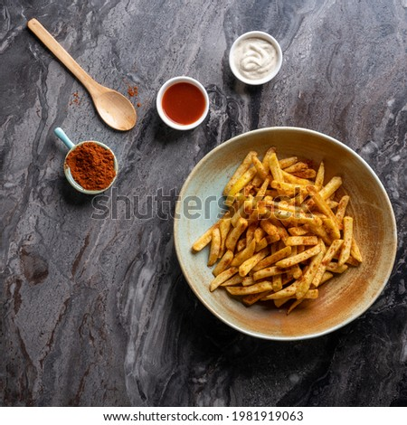 siyah arka planda patates kızartması  Stok fotoğraf ©