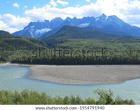 Skeena River and Seven Sisters Mountains in northwest British Columbia Foto stock ©