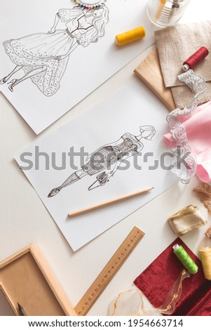 Sketch of women's fashionable clothes drawn on paper by the designer. Sewing concept. Foto stock ©