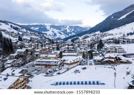 Ski slopes and snow holiday inn in Cortina d'Ampezzo in the Italian Dolomites, ski resort in the Alps Foto stock ©