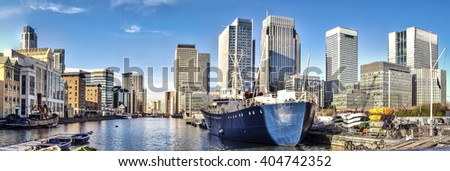 Skyline of Canary Wharf view from West India Millwall Docks.This view includes: Citigroup Centre,Morgan Stanley and Luxury Riverside Apartments. Foto stock ©