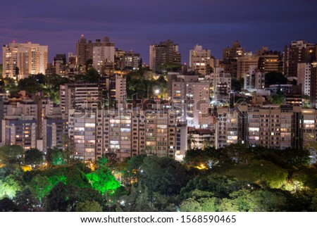 Skyline of Porto Alegre, Brazil illuminated at night. Residential buildings and park with trees. Porto Alegre is the capital of Rio Grande do Sul State, in the South of Brazil. Foto stock ©