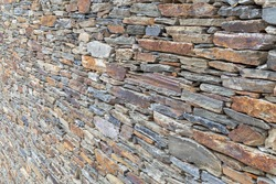 Slate wall with rocks of diferents sizes