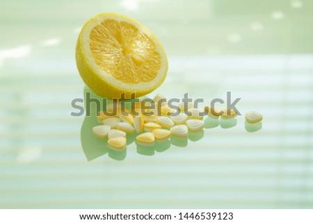 Slice lemon and acid citric pills, vitamin C, antioxidans, homeopathic medicine. Stock fotó ©