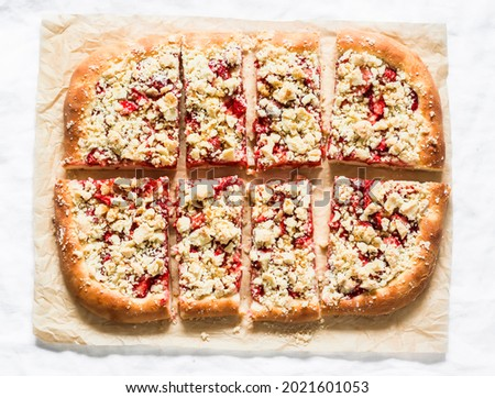 Slice strawberry yeast dough pie with crumble on a light background, top view Foto stock ©