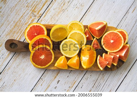 Sliced of frute.There are Cara cara Orange,Navel species,Lemon and Grapefruit put on wooden tray Foto stock ©