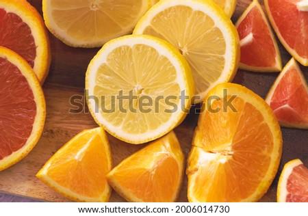 Sliced of Lemon put at the middle of Cara Cara orange and half  Navel species Foto stock ©