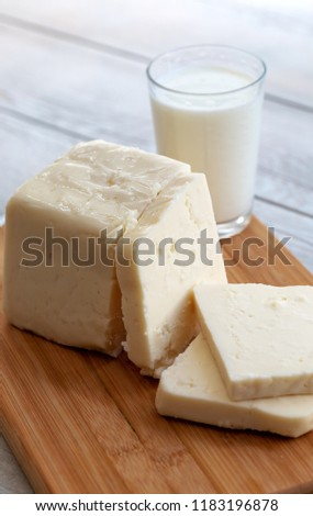 Sliced tulum cheese (Turkish: tulum peyniri) is a traditional Turkish goat's milk cheese ripened in a goatskin casing, called tulum in Turkish. Stok fotoğraf ©