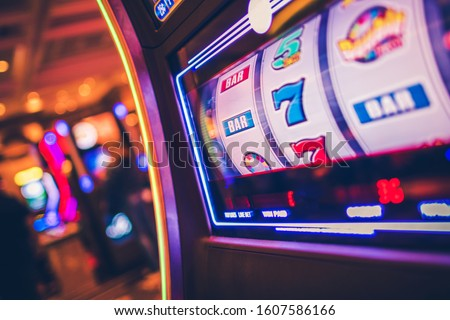 Slot Machine One Handed Bandit Game. Rolling Drums. Casinos and Gambling Industry. Stockfoto ©