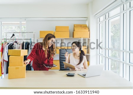 Small business and startup concept. Young asian women working together with laptop in office. Foto stock ©