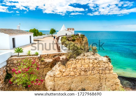 Small chapel on the end of peninsula called Nossa Senhora da Rocha what translates from Portuguese to Our lady of the rock, Algarve, Portugal Foto stock ©