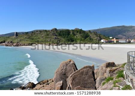 Small coastal village with beach and mountain. Playa de San Pedro (Playa de O Pindo). Carnota, Spain.  Stok fotoğraf ©