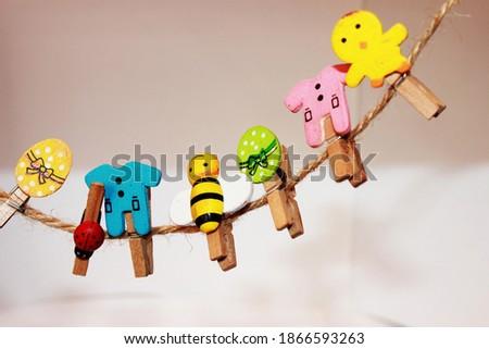 small colored and shaped pegs. blue, yellow,pink,red,. küçük sunum mandalları. mandal. askı.  Stok fotoğraf ©