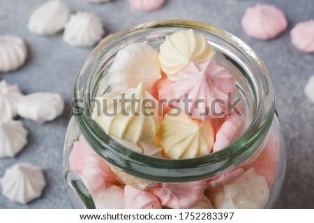 Small home meringue in a glass jar. Homemade Meringue. Copy space. Foto d'archivio ©