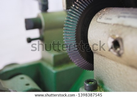 Small metal cutting blades that are sharp and very sharp Acting to cut out the scrolls that come in