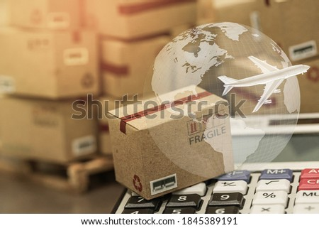 small papers boxes and calculator with a plane flies above world map. For ideas about transportation, international freight, global shipping, overseas trade, regional ,local forwarding. Foto stock ©