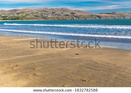 Small waves lapping on the sand of Doran Beach, Bodega Bay Regional Park, California. Foto stock ©
