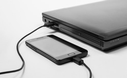 Smartphone connected to a notebook and charging power from it