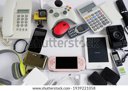 Smartphone with portable game consoles and ebook reader and other obsolete electronic gadgets on white background, With copy space for text, Top view, Reuse and Recycle concept Foto stock ©