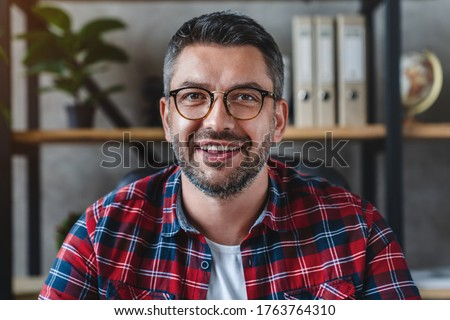 Smiling business man looking camera webcam making conference video call Foto stock ©