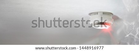 Smoke detector alert mounted on roof in apartment Stockfoto ©
