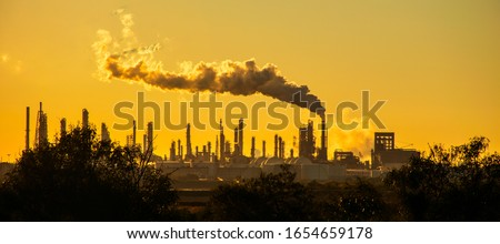 smoke stacks emmitting carbon pollution into the sky causing climate change  ストックフォト ©