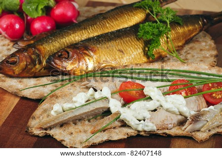 Smoked herring crispbread sandwich with cucumber mayonnaise, tomatoes and chives