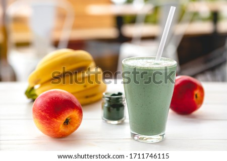 Smoothie with fresh red apple, banana and spirulina powder. Summer vitamin refreshing drink. Healthy detox diet Foto stock ©