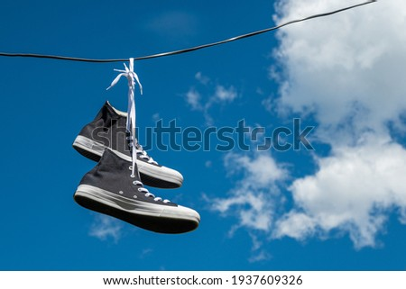 Sneakers hanging on wires against the blue sky. Foto stock ©