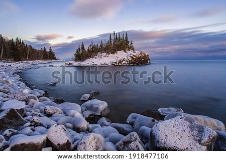 Snow covered island on Lake Superior during sunset. Foto d'archivio ©