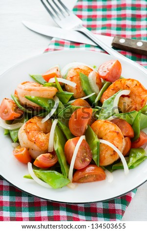 Snow peas and tomato salad with shrimps (prawns), vertical