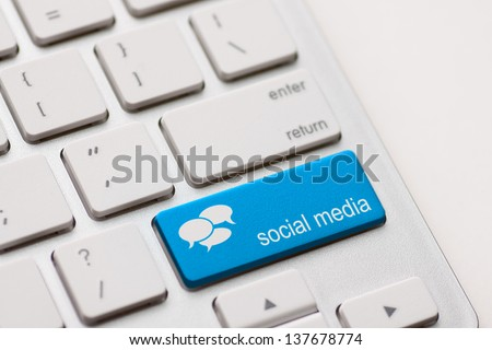Social Media button on a keyboard with speech bubbles.