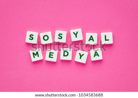Social media words written in Turkish with green letters on white square buttons on pink background. Concept for online dating.  Stok fotoğraf ©