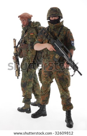 Soldiers of the Bundeswehr with the weapon.