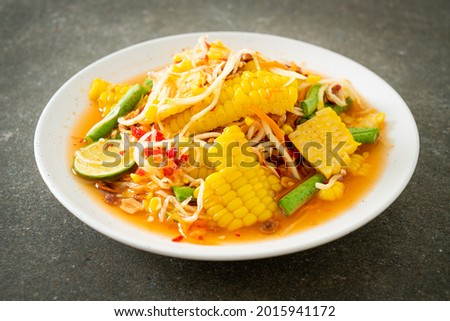 Som Tum - Thai spicy papaya salad with corn - Asian food style Zdjęcia stock ©