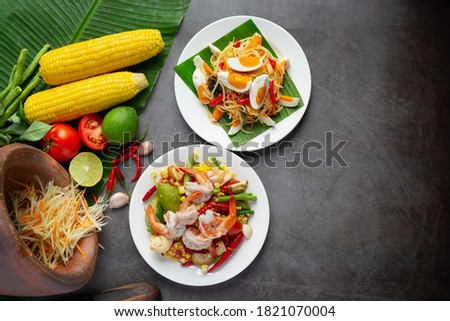 Som Tum with Corn and Shrimp, served with rice noodles and green salad Decorated with Thai food ingredients. Zdjęcia stock ©
