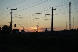 Sonnenuntergang über Schienen mit Windräder