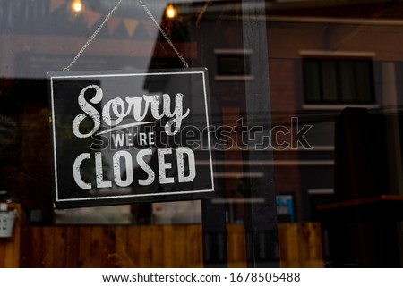 Sorry we're closed . vintage black and white retro sign on a coffee glass door Photo stock ©