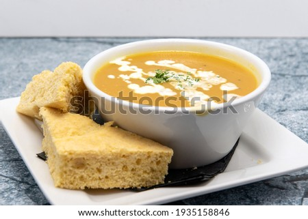 Soup de jour served hot in a bowl with warm slices of cornbread. Photo stock ©