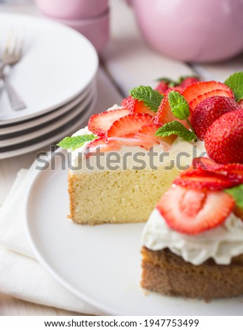 South american tres leches cake topped with strawberries and cream in a white setting Zdjęcia stock ©