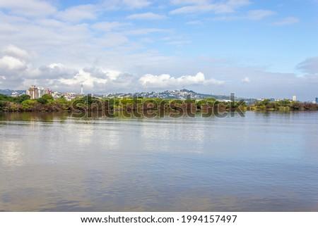 South area of the city with Guaiba lake, vegetation and buildings, Porto Alegre, Rio Grande do Sul, Brazil Foto stock ©